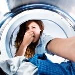 Cosa fare se la lavatrice puzza? Ecco il vademecum per tornare ad avere panni profumati