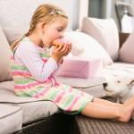Smacchiare il divano dopo il finger food: come rimuovere le macchie di cibo?