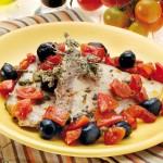 Pesce spada con pomodori, capperi e olive