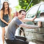 Lavare l'auto a mano: 10 passaggi giusti per un risultato top!