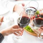 Macchie di vino rosso: come eliminarle da tovaglie e divani senza lasciare aloni