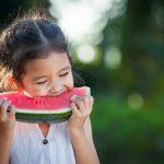 Come eliminare le macchie di frutta, pomodoro e caffè, senza rovinare i tessuti