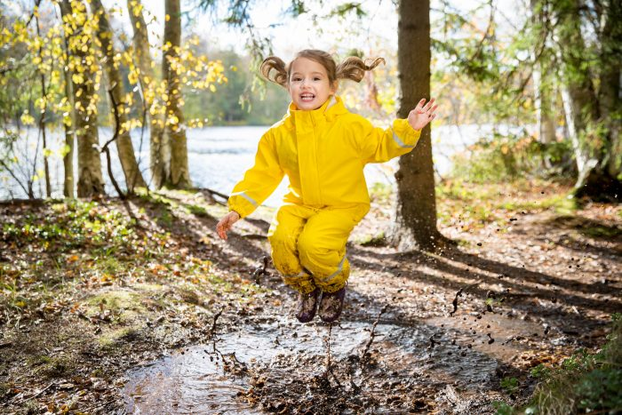 bambina salta fango