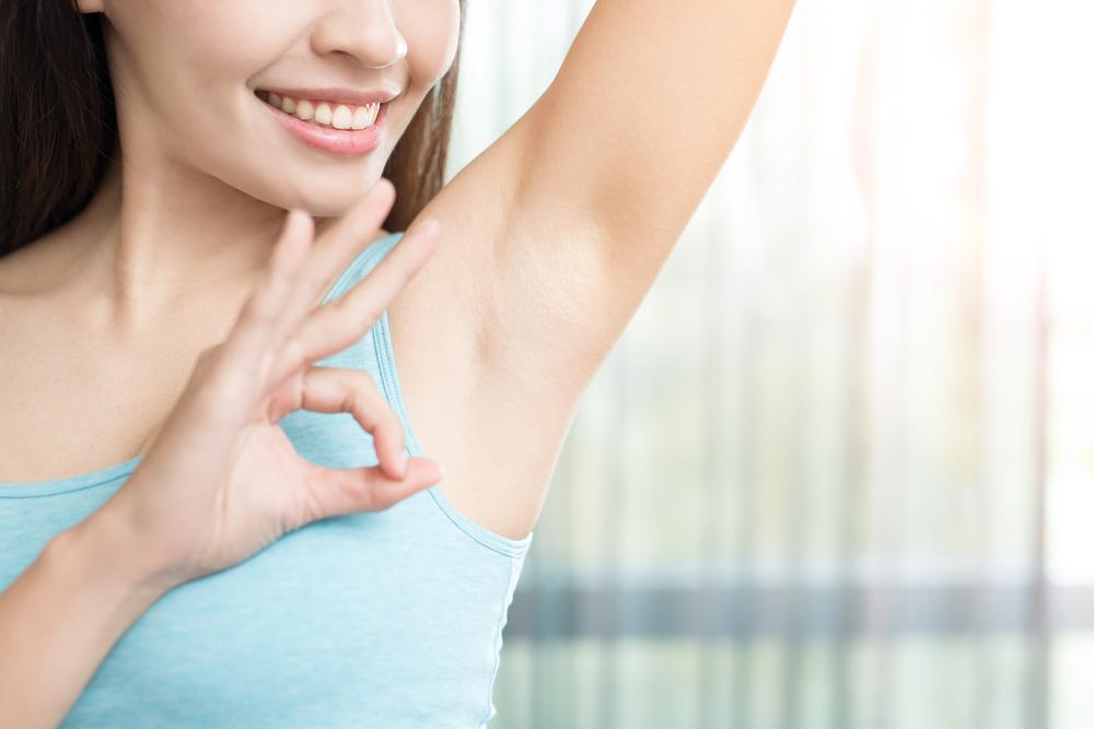 come eliminare macchie aloni deodorante