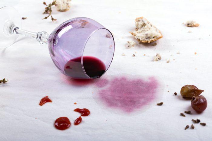 eliminare macchie di vino rosso sulla tovaglia