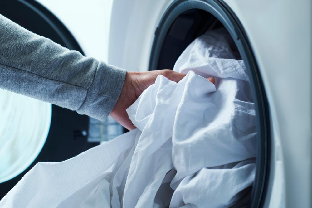 lenzuola nel cestello della lavatrice